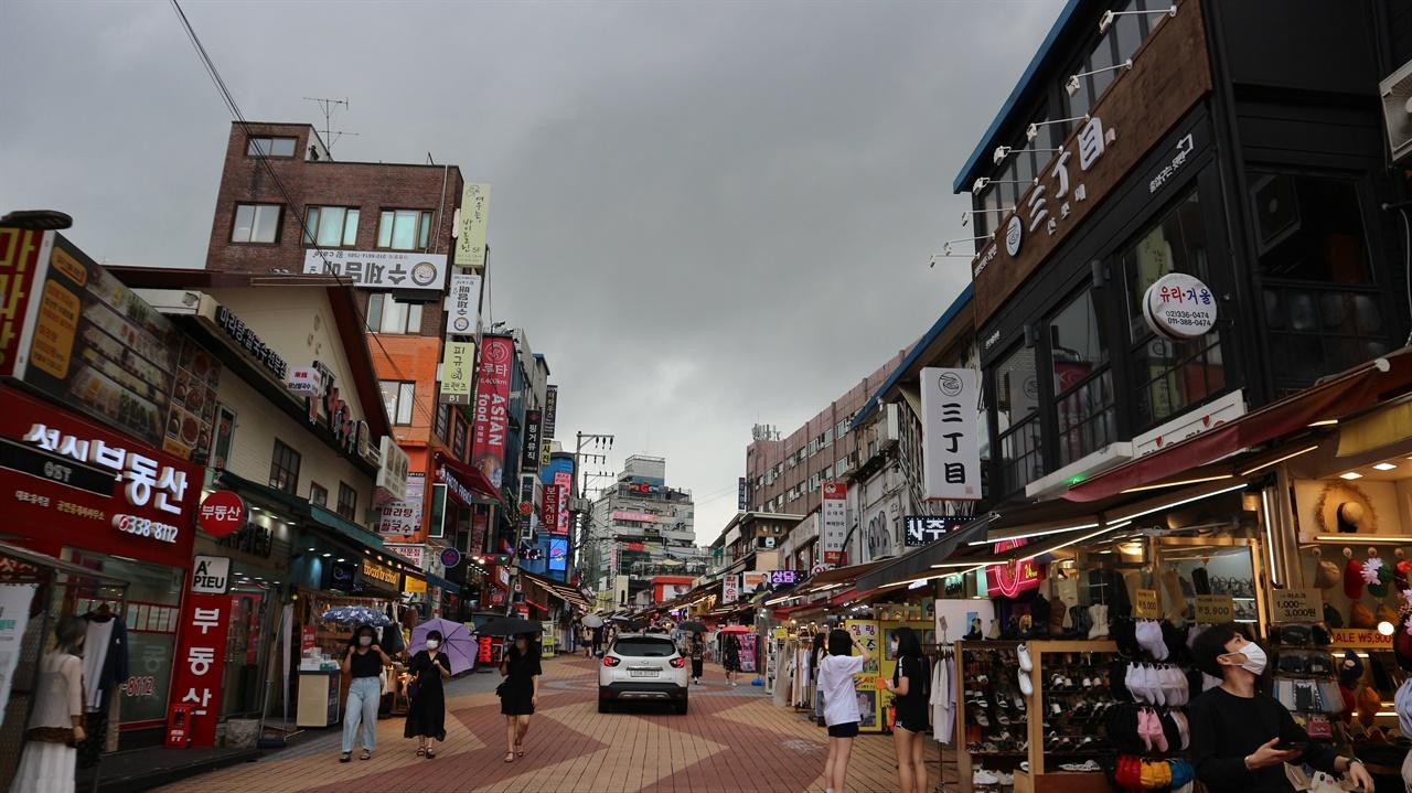 홍대앞 쇼핑 거리 어릴 때는 한적했던 기찻길이 번화한 관광 명소로 변했다.