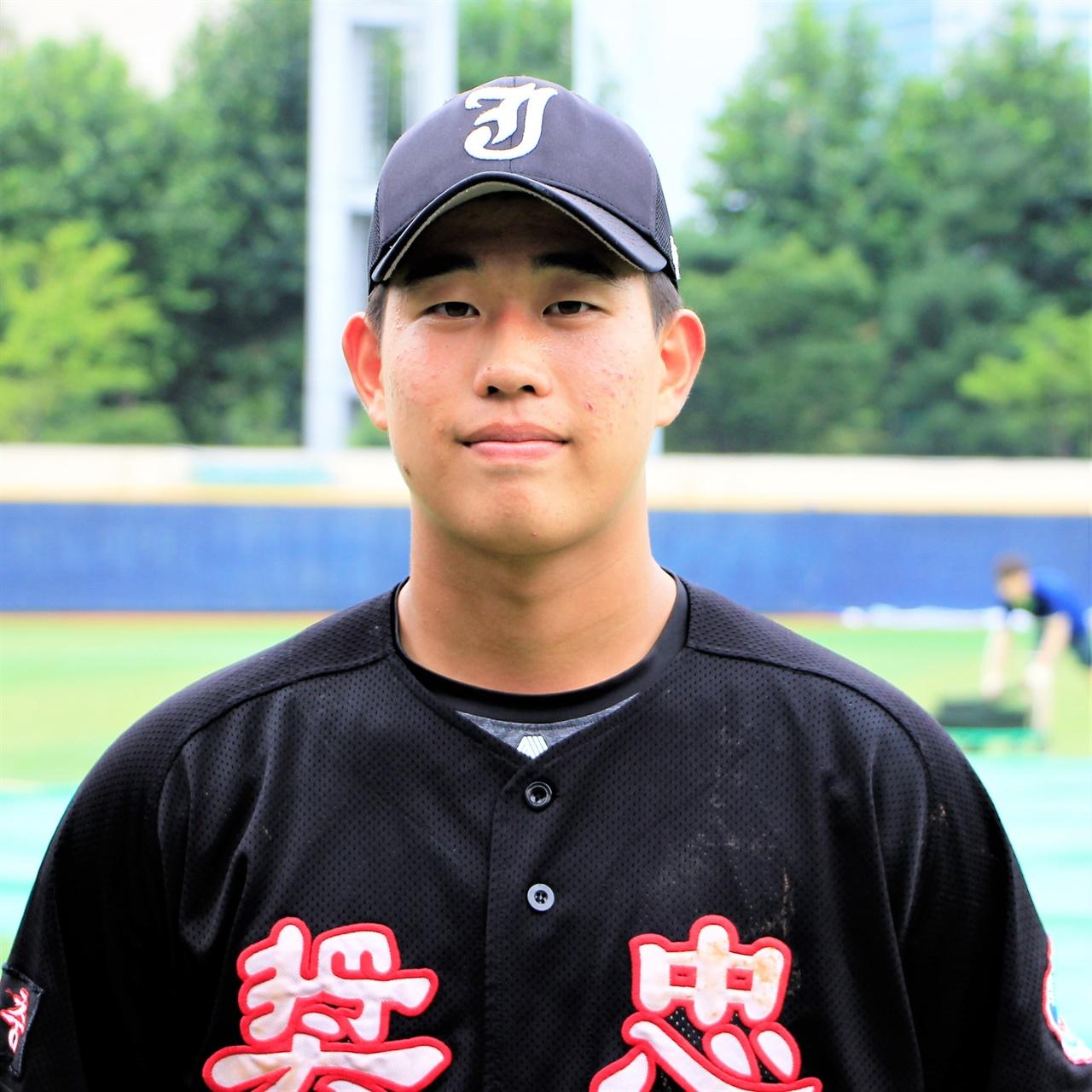 장충고등학교의 배터리를 이끈 안방마님 박건우 선수.
