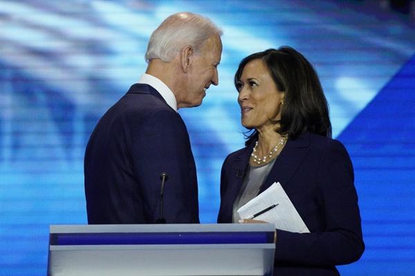 (휴스턴 AP=연합뉴스) 미국 민주당 대선 후보인 조 바이든 전 부통령은 11일(현지시간) '흑인 여성' 카멀라 해리스 상원 의원을 자신의 러닝메이트(부통령 후보)로 선택했다. 사진은 바이든(왼쪽) 전 부통령과 해리스 의원이 지난해 9월 12일 텍사스주 휴스턴에서 열린 민주당 대선후보 경선 토론회를 끝낸 뒤 얼굴을 마주 보며 악수하는 모습.