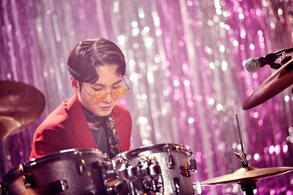 '루시' 1st 미니앨범 발표! 밴드 LUCY(루시)가 13일 1st 미니앨범 < PANORAMA(파노라마) > 발매 쇼케이스를 개최했다. LUCY(루시)는 JTBC '슈퍼밴드'에서 준우승한 미스틱스토리의 첫 보이밴드로 신예찬(바이올린), 최상엽(보컬, 기타), 조원상(베이스, 프로듀서), 신광일(드럼, 보컬)로 구성되어 있다.