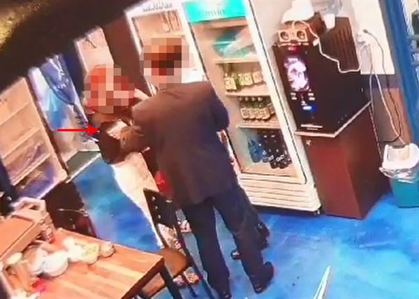 민주당 부산시의원 성추행 의혹 미래통합당이 13일 공개한 더불어민주당 부산시의원 성추행 논란 관련 CCTV 영상. A 시의원이 지난 5일 식당 매니저 B씨의 어깨와 팔꿈치를 잡고 있다.