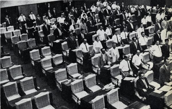 1965년 8월 14일, 한일협정비준안이 야당없는 공화당 일당 국회에서 통과되고 있는 모습.