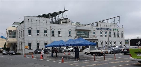 13일, 태안보건 의료원 주차장에  코로나19 드라이브스루 검사장을 확대 설치하고 있다.
