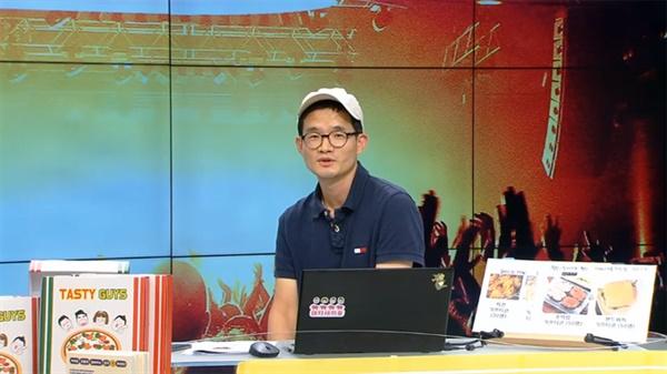 지난 13일 진행된 '맛있는 녀석들' 온라인 팬미팅에선 이영식 PD가 직접 출연해 시청자들과의 질의 응답시간을 가졌다.