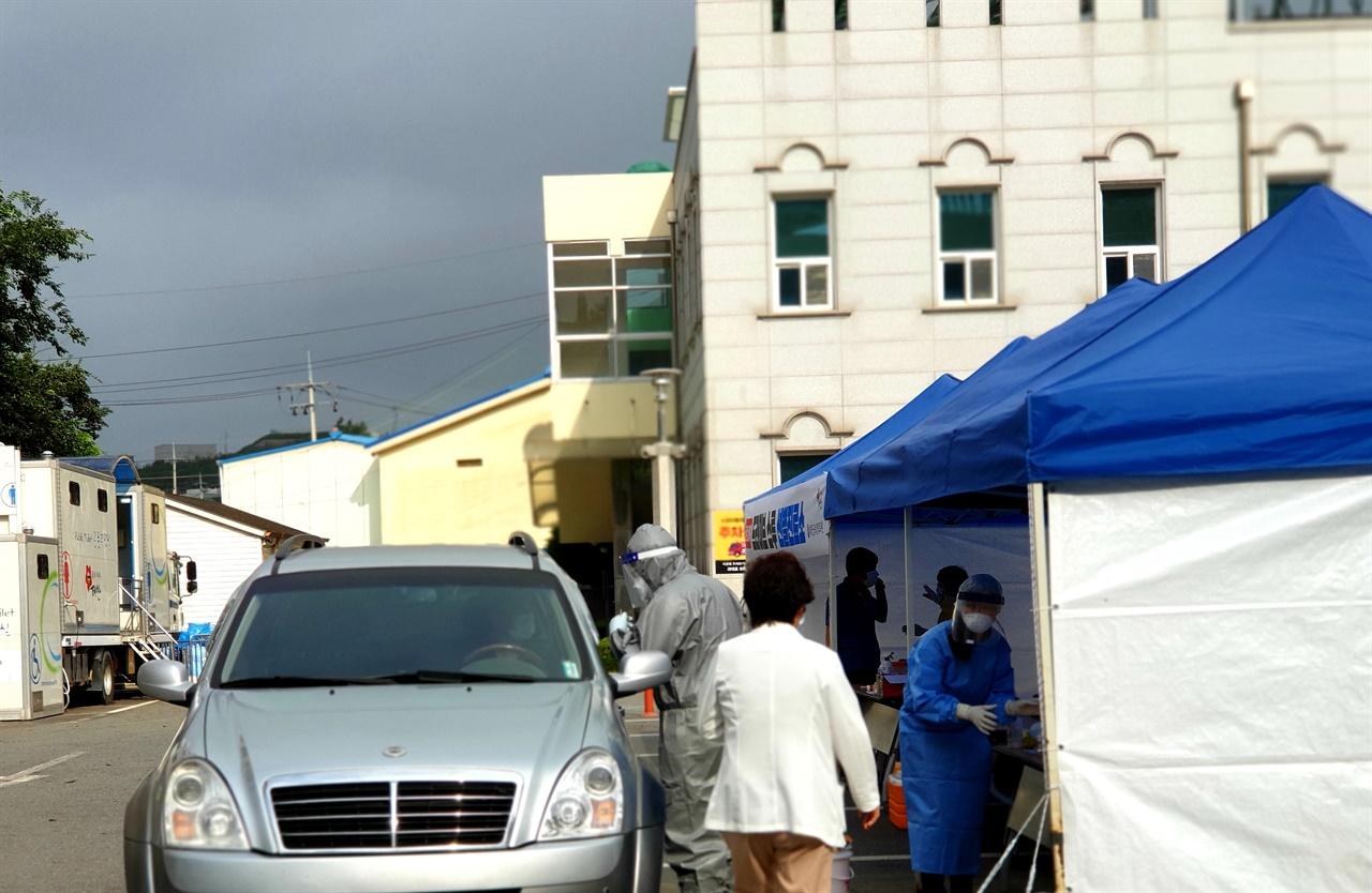 태안군보건의료원에 설치된 드라이브루 스루 선별진료소에 검사를 받기 위해 확진자의 접촉자들이 검사를 받고 있다.