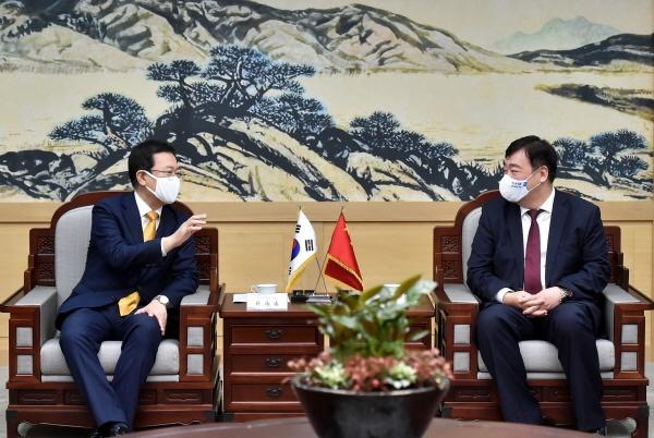 박남춘 인천시장(왼쪽)과 싱하이밍 주한 중국대사(오른쪽)는 14일, 송도 G타워 접견실에서 만나 인천시와 중국 간 상호 우호·협력 방안에 대해 논의했다.