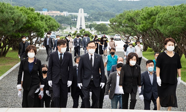 매년 8월 14일 '일본군 위안부 피해자 기림의 날'을 맞아 박상돈 천안시장(가운데), 황천순 천안시의회 의장과 시민단체 회원들은 망향의동산 위령탑, 위안부 기림비, 장미묘역·무연고 묘역 등을 차례로 참배하고 헌화했다.