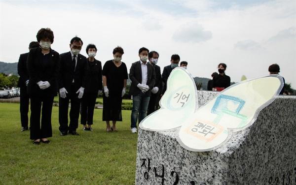 매년 8월 14일 '일본군 위안부 피해자 기림의 날'을 맞아 박상돈 천안시장(가운데), 황천순 천안시의회 의장과 시민단체 회원들이 인권운동가 고 김복동 할머니 묘소 앞에서 묵념하고 있다.