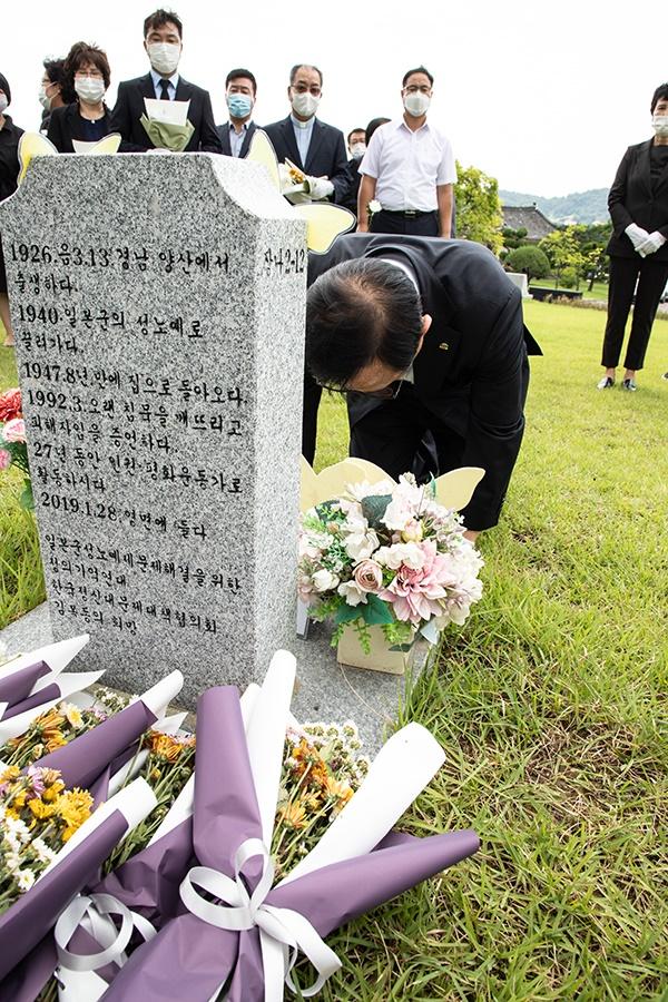매년 8월 14일 '일본군 위안부 피해자 기림의 날'을 맞아 박상돈 천안시장이 망향의동산 장미묘역에 있는 고 김복동 할머니 묘소 앞에서 헌화하고 참배했다.
