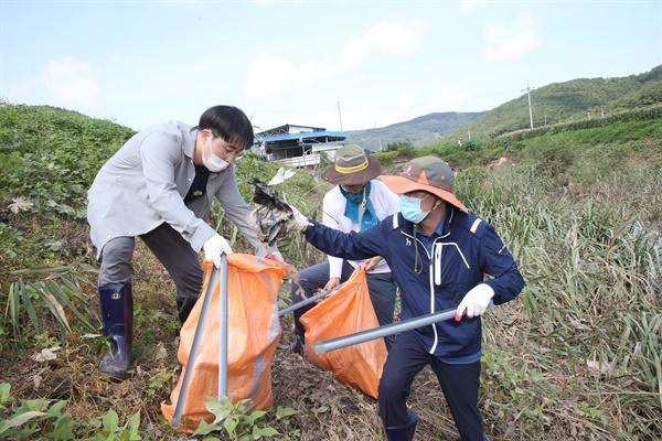 14일 박종훈 경상남도교육감은 창녕군 이방면 지역에서 수해현장 복구활동을 벌였다.