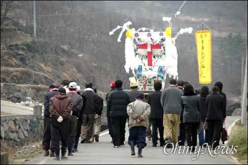 일본군위안부 피해자 고 김우명달 할머니가 경남 산청에 살다 2007년 별세했을 때 마을 사람들은 꽃상여를 태워 하늘나라로 보내드렸다.