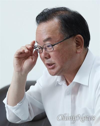 김부겸 더불어민주당 당 대표 후보가 14일 서울 여의도에서 <오마이뉴스>와 인터뷰하고 있다.