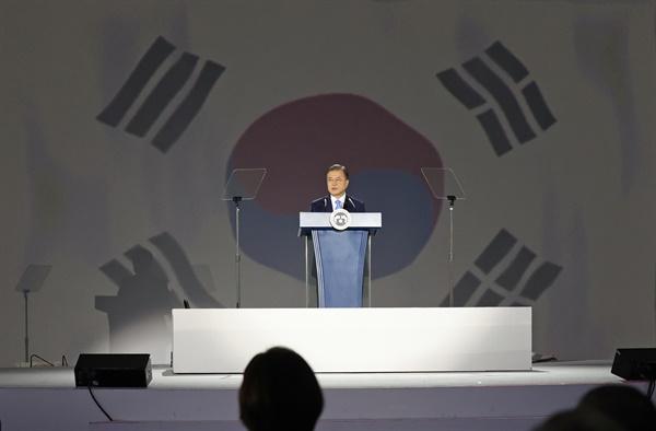 문재인 대통령이 15일 오전 서울 동대문디자인플라자에서 열린 제75주년 광복절 경축식에서 경축사를 하고 있다.