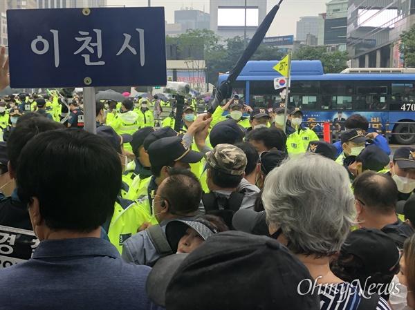 15일 보수 성향 단체 '일파만파'가 주최한 광화문 집회로 향하는 참가자들이 횡단보도를 건너던 중 경찰에 의해 길이 가로 막히자 몸싸움을 벌이고 있다.