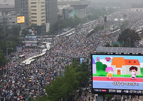 15일 오후 서울 종로구 동화면세점 앞에서 열린 정부와 여당 규탄 집회 참가자들이 세종대로를 가득 메우고 있다.