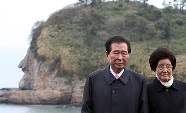 고향 하의도의 '큰 바위 얼굴' 앞에 선 김대중, 이희호 부부의 2009년 4월 모습