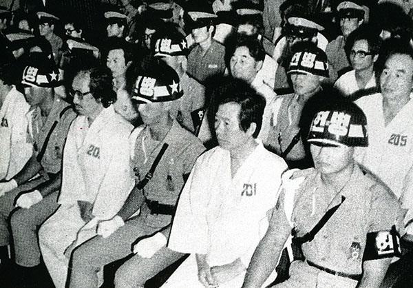 전두환 군부는 군사재판에서 김대중에게 내란음모를 이유로 사형을 선고했다.