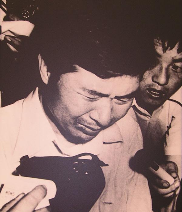 중앙정보부 요원들에 납치되어 동해에 수장될 위기에 처했던 김대중이 풀려난 후 기자회견을 하면서 눈물을 흘리고 있다.
