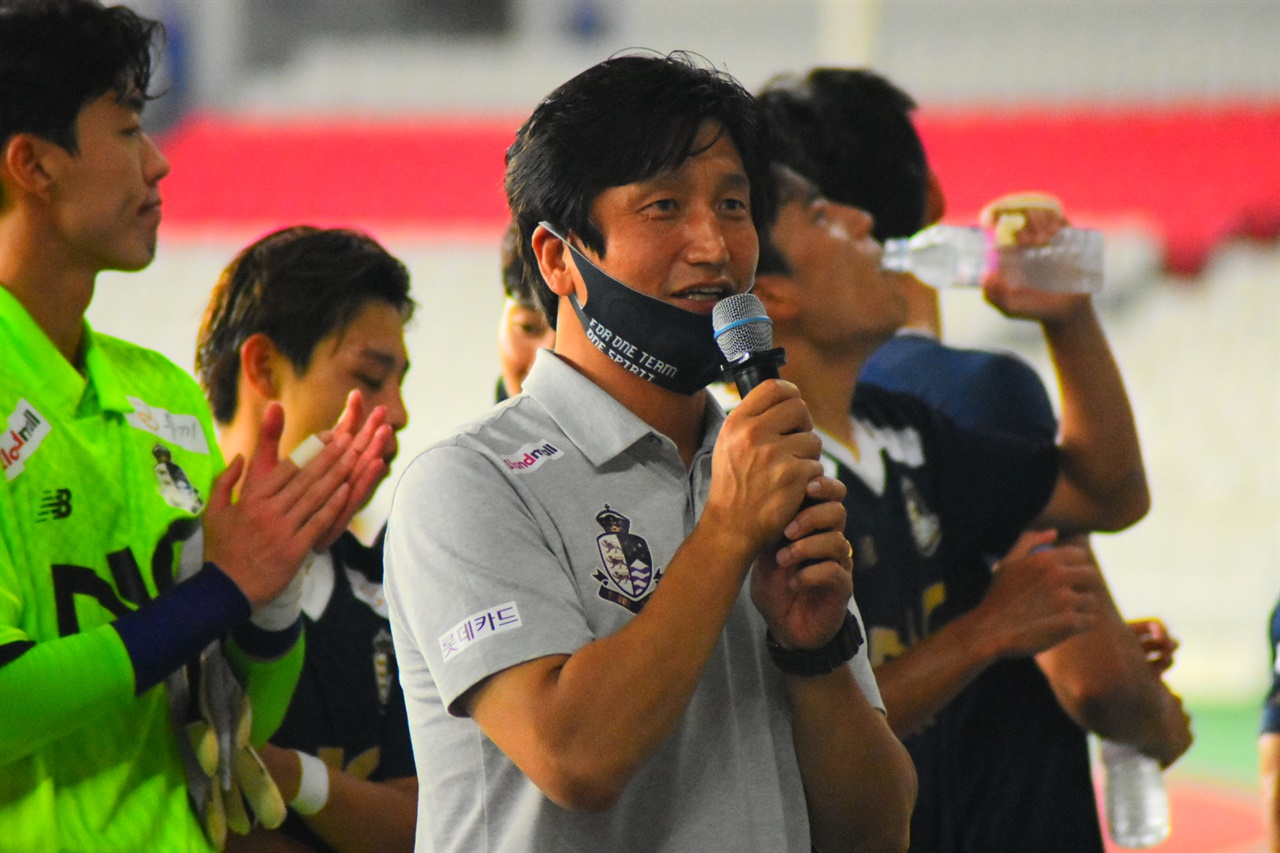 서울 이랜드의 정정용 감독이 지난 2일 홈경기에서 팬들과 소통하고 있다