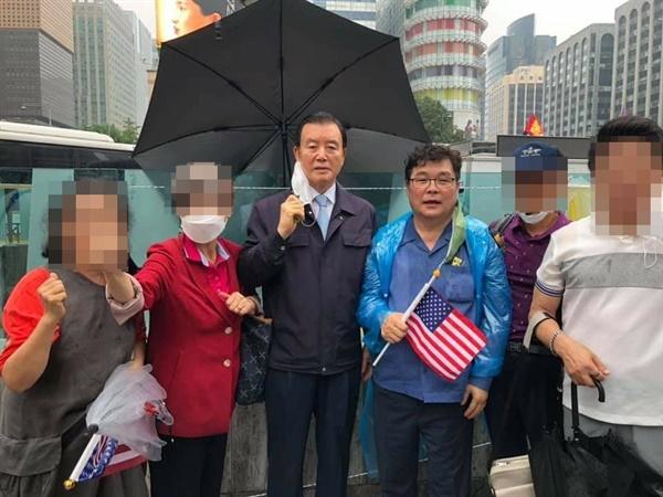김 의원은 홍성·예산이 지역구인 홍문표 의원과 함께 찍은 사진에는 1명을 제외하고 나머지는 마스크를 벗고 있어, 생활 방역수칙을 지키지 않았으며 코로나 19에 노출될 수 있는 상황이었다.
