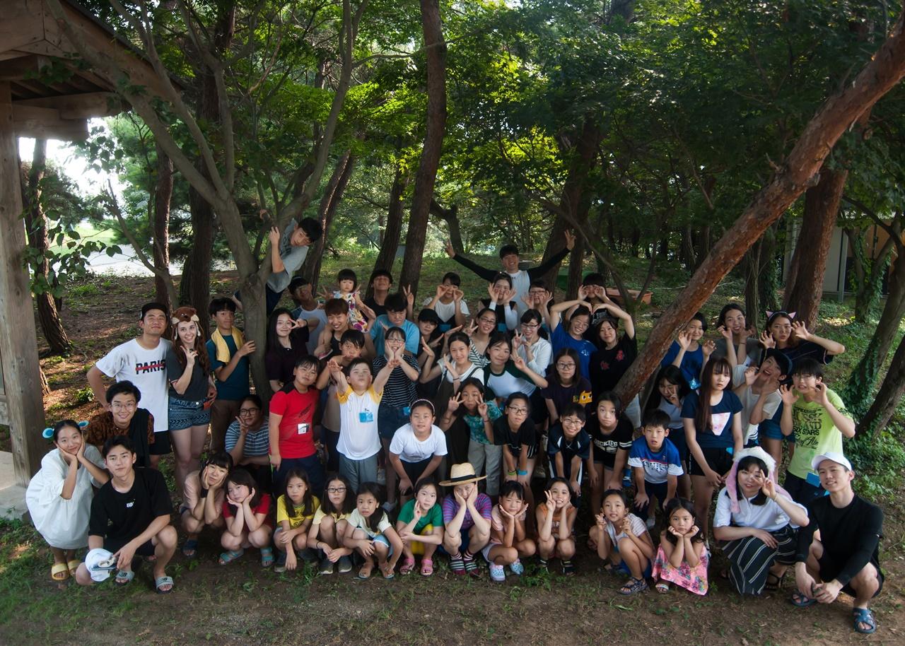 낙원촌 참가자 단체 사진  어린이와 청소년을 대상으로 진행하는 낙원촌 프로그램. 현재 코로나19로 쉬고 있지만 방학마다 신청 접수가 금방 마감될 정도로 인기 있는 체험 프로그램이다.