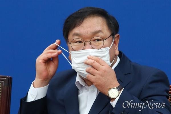 더불어민주당 김태년 원내대표가 18일 오전 국회에서 열린 원내대책회의에서 마스크를 쓰고 있다.