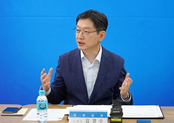 8월 18일 오후 경남도청 소회의실에서 열린 '노사정 상생협력 선언식. 발언하는 김경수 지사.