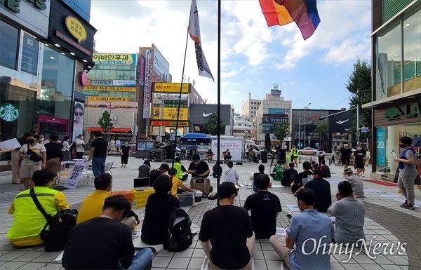 18일 오후 '차별금지법 제정 전국 순회 평등버스'가 대전 으능정이 거리에 도착, 대전지역 단체들과 함께 '차별금지법 제정 문화제 및 캠페인'을 진행했다.