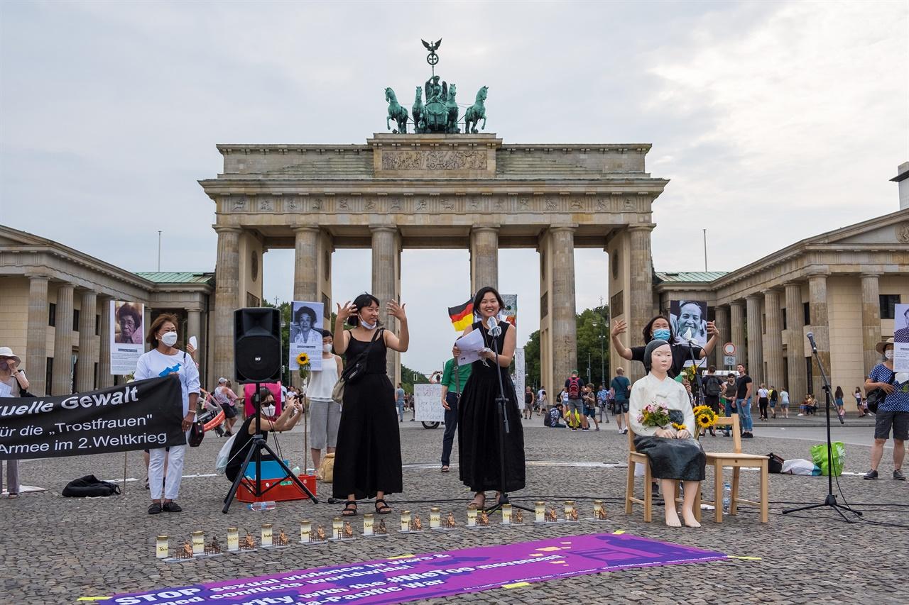 """지난 8월 14일, 세계 일본군 위안부 기림일을 맞아 올해로 8번째 베를린 평화시위가 열렸다. 베를린에서 활동하는 디자이너이자 활동가인 조혜미 씨와 유학생 임다혜 씨가 아름다운 손말로 시위에 모인 사람들의 손짓과 눈짓을 이끌어 냈다. 조혜미 씨의 손말 시범에 따라 모두 """"더 이상의 전쟁은 그만"""" """"여성의 몸은 전쟁터가 아니다"""" """"위안부 여성을 위한 정의"""" 라는 손말을 배웠다."""