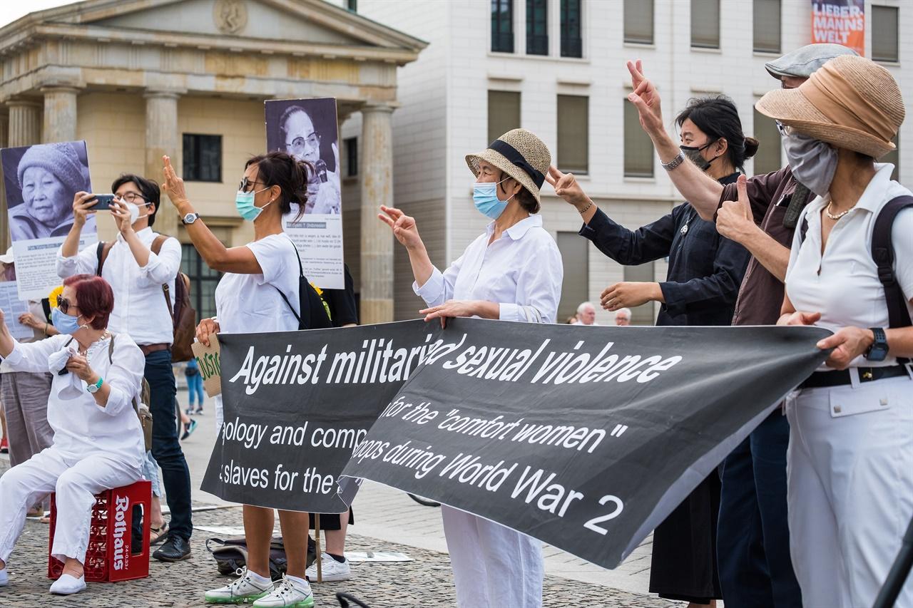 """""""위안부 여성을 위한 정의"""" 라는 손말을 배워 함께 하는 하는 사람들. 한민족유럽연대(Korean Women's International Network in Germany) 그룹은 재독 간호사들을 중심으로 독일 내 민주화 운동, 통일운동, 노동운동, 여성운동을 이어가고 있는 모임이다."""