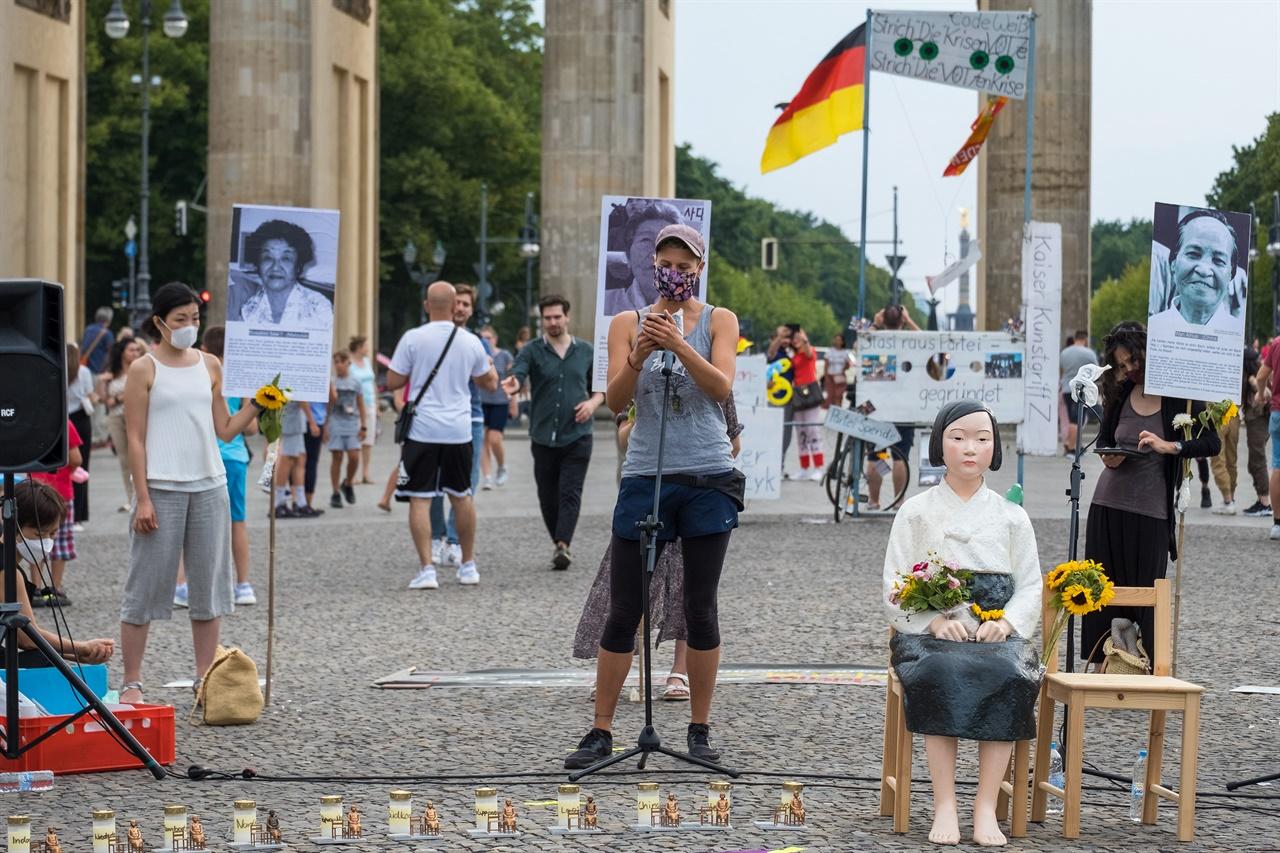 """인터네셔널 여성 그룹인 함께 투쟁(Gemeinsam Kampfen)의 활동가 루(Lu) 씨는 """"페미니즘은 자본주의와 인종차별주의에 반대한다. 서구의 제국주의와 자본주의는 여성들을 더욱 빈곤하게 만들었으며 권위적인 민주주의와 가부장제 논리는 남성이 아닌 모든 성들을 억압해 왔다."""" 고 발언했다."""