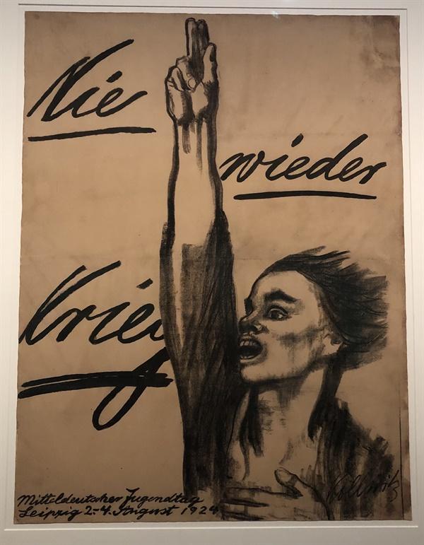"""베를린의 케테 콜비치 뮤제움(Kathe Kollwitz Museum)에 전시되어 있는 콜비치의 그림. 콜비치는 1914년 1차 세계대전에서 첫째 아들 페터를 잃었다. 1924년 그녀가 그린 """"다시는 전쟁은 반복되어서는 안된다(Nie wieder Krieg!)""""는 그림은 전쟁 반대 운동의 상징이 되었다."""