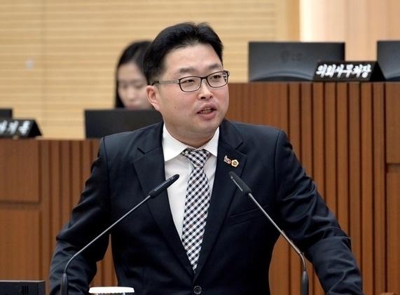 박성수 세종시 의원(더불어민주당)이 지난해 3월 6일 제3차 세종시의회 본회의에서 세종시를 상대로 시정질의를 하고 있다.