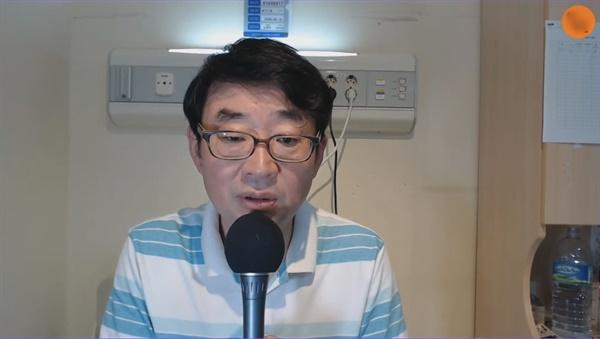 코로나19 확진 판정을 받고 병원에 입원한 유튜브 채널 신의한수 신혜식 대표가 18일 생방송을 진행하고 있다.