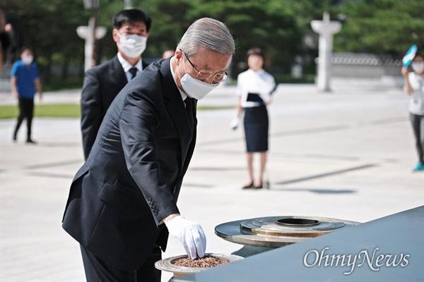 향을 올리는 김종인 김종인 미래통합당 비상대책위원장이 당직자들과 함께 19일 오전 광주 국립 5.18 민주묘지를 찾아 향을 올리고 있다.
