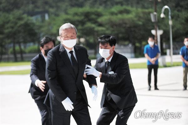 휘청하는 김종인 김종인 미래통합당 비상대책위원장이 당직자들과 함께 19일 오전 광주 국립 5.18 민주묘지를 찾았다. 향을 올린 후 잠시 무릎을 꿇은 후 일어나려다 그가 휘청이자 주변에서 그를 부축하고 있다.