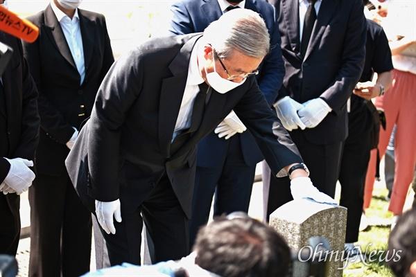 참배하는 김종인 김종인 미래통합당 비상대책위원장이 당직자들과 함께 19일 오전 광주 국립 5.18 민주묘지를 찾았다. 헌화를 마친 그가 묘 앞에서 예를 갖추고 있다.
