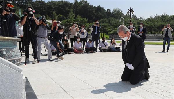 미래통합당 김종인 비상대책위원장이 19일 오전 광주 북구 국립 5·18 민주묘지를 당 관계자들과 함께 참배하고 있다.