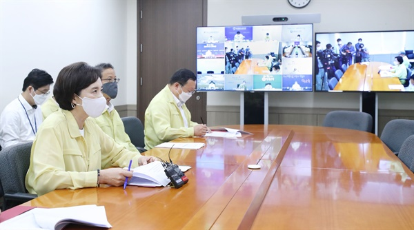 유은혜 교육부장관이 19일 오전 시도교육감 영상회의에 참석해 발언하고 있다.