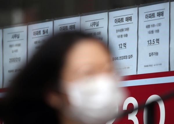 10억원 돌파한 서울 아파트 평균 가격  서울 아파트의 평균 가격이 10억원을 돌파했다는 민간 조사업체의 분석이 나왔다. 부동산114는 지난달 말 기준 서울 아파트의 평균 가격이 10억509만원을 기록해 처음으로 10억원을 넘겼다고 12일 밝혔다. 사진은 이날 오후 서울 마포구의 한 부동산 앞. 2020.8.12