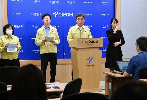 서정협 서울시장 권한대행(행정1부시장)이 16일 서울시청에서 코로나19 관련 긴급브리핑을 하고 있다.