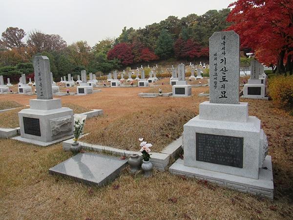 서울 현충원의 기산도 지사 묘소. 왼쪽은 의열단 최수봉 지사의 묘소이다.