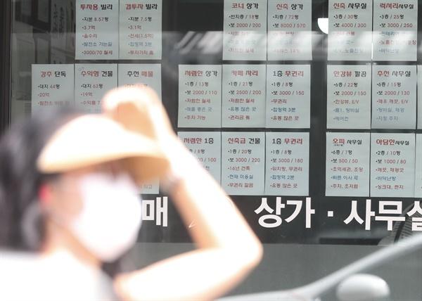 """홍남기 부총리 겸 기획재정부 장관이 19일 정부서울청사에서 열린 '제3차 부동산시장 점검 관계장관회의'에서 """"현행 4%인 월차임(전월세) 전환율을 2.5%로 하향 조정하겠다""""고 밝혔다. 사진은 이날 서울 마포구에 한 부동산중개업소 모습."""