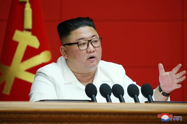 북한 김정은 위원장이 19일 북한 평양 노동당 중앙위원회 본부청사에서 열린 제7기 제6차 당 전원 회의를 주재했다고 조선중앙통신이 20일 보도했다. 이날 전원 회의에서는 내년 1월 8차 당대회 개최가 결정됐다.