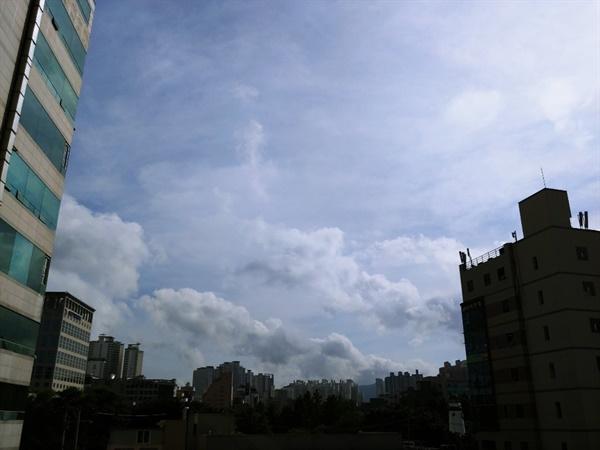 큰방 창으로 내다보는 풍경 원룸에 살 때는 볼 수 없었던 넓은 하늘 하나만으로 이 생활의 보람은 충분합니다.