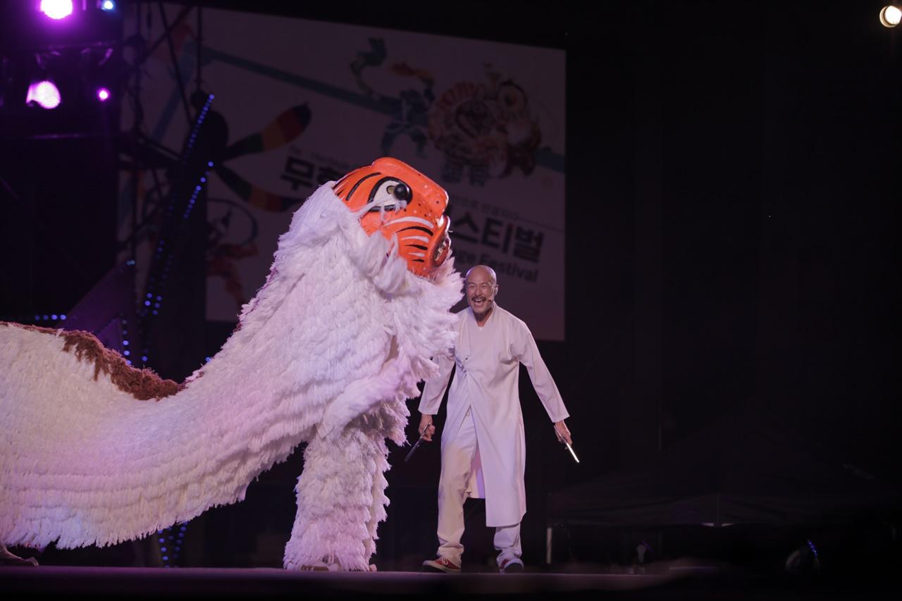 8월 14일 K-무형유산 페스티벌 [이판사판 스테이지]에서 고성오광대 고석진 이수자와 이발사 팀의 국악EDM 공연 장면