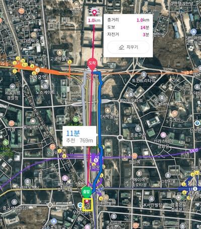8.15 광화문 집회 무대 및 천막이 설치된 곳(이미지 오른쪽 하단 노란색 박스 영역)에서 1km가량 떨어진 곳은 직선거리상 경복궁 근정전이다. 도보 거리를 반영한다고 해도 광화문을 지나야 한다.