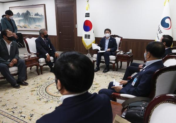이인영 통일부 장관이 21일 오후 정부서울청사에서 개성공단기업협회 회장단과 면담을 하며 발언하고 있다.