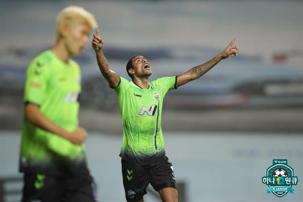 24일 오후 전주 월드컵 경기장에서 열린 '하나원큐 K리그 1 2020' 17라운드 전북 현대와 상주 상무의 경기에서 골을 넣은 전북 구스타보가 골 세레머니를 하고 있다.