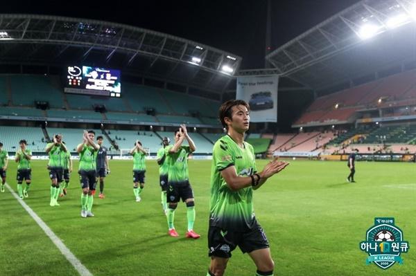 24일 오후 전주 월드컵 경기장에서 열린 '하나원큐 K리그 1 2020' 17라운드 전북 현대와 상주 상무의 경기에 나선 전북 김진수 선수의 모습